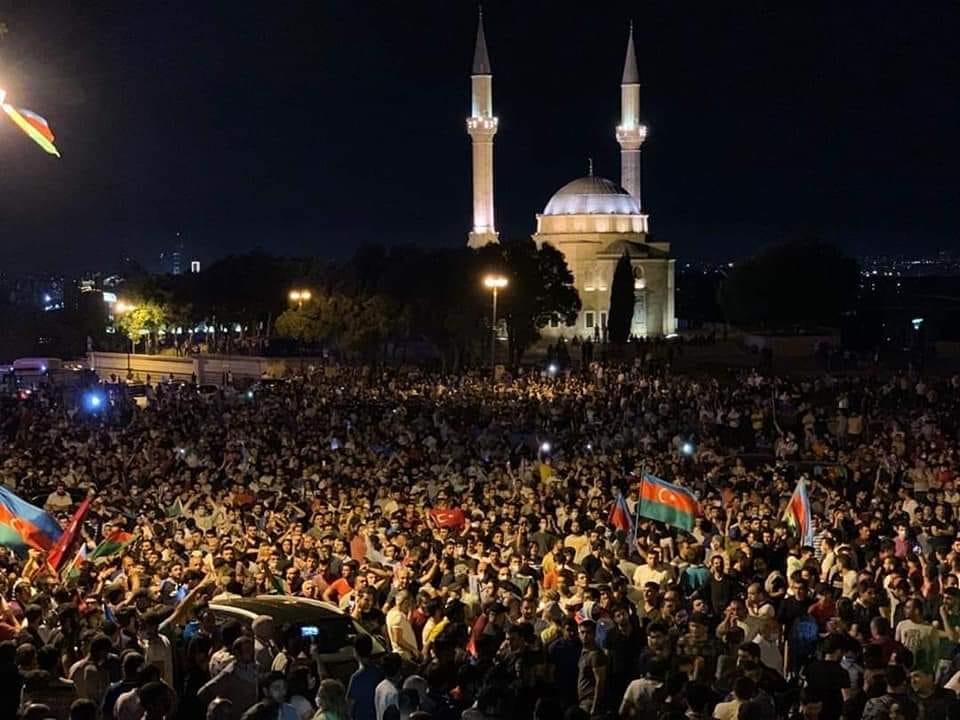 Meydandakı bayraqlar şəhidlik kəfəni idi
